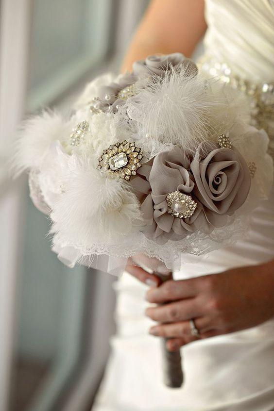 ramo de novia con broches antiguos