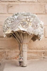 ramo de novia con broches vintage