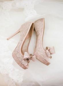 zapatos de novia rosa y encaje